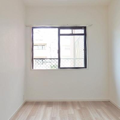 洋室にも小窓ついてます!