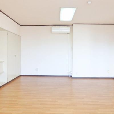 ダイニングテーブルを置いてソファを置いてもまだ余裕あり!な広々空間。