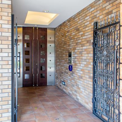 玄関入り口はオートロック完備