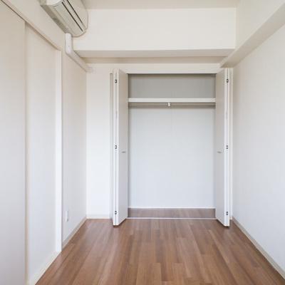 玄関側の洋室