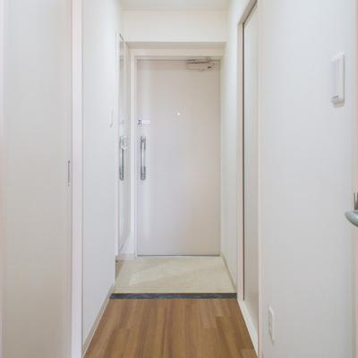 廊下は床以外は真っ白で清潔感があります。