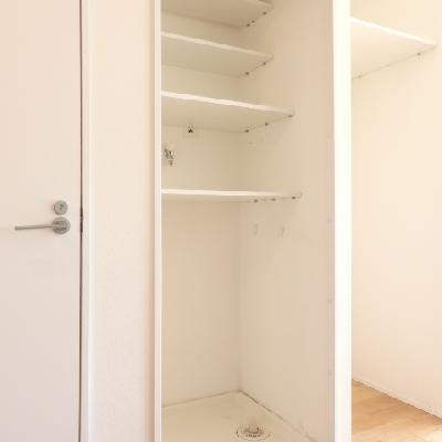 キッチンに隣には洗濯機置場が。収納もあります!