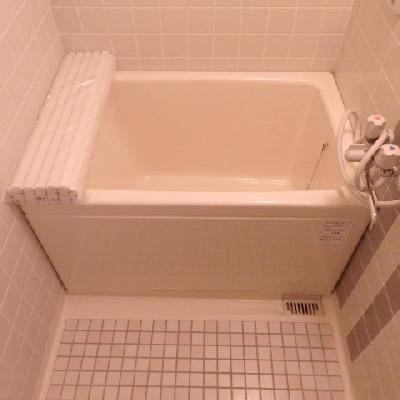 お風呂はこじんまりと。