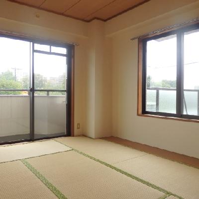 和室には大きな窓が2つも!!
