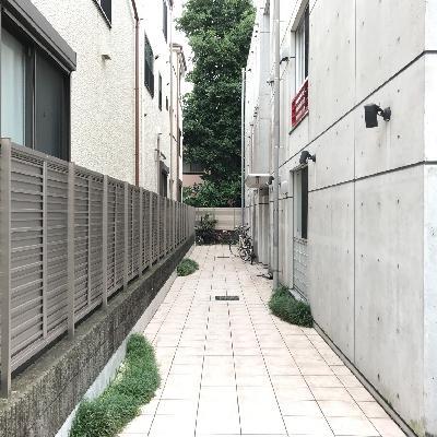 建物入口までのこの通路がまた素敵