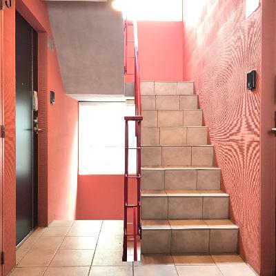 共有部の階段。色が素敵