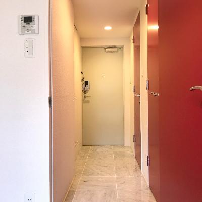 廊下。赤い…