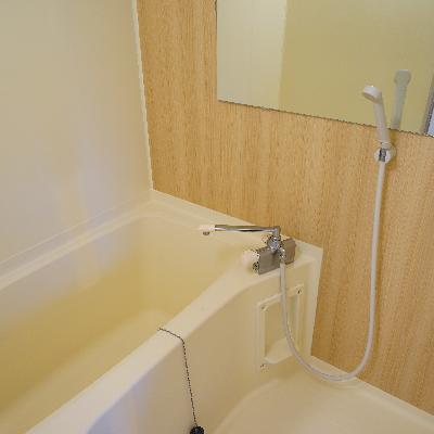 お風呂には浴室塗装で綺麗に、アクセントシートと鏡を♪※写真は別部屋