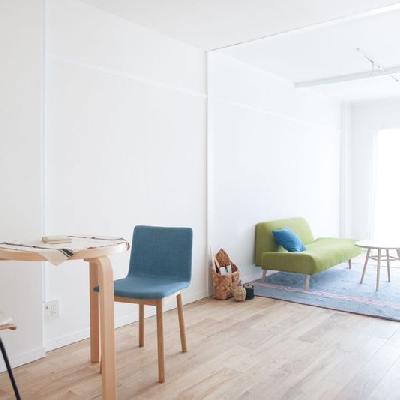 シンプルデザインには色物の家具がとっても映えます※写真はイメージ