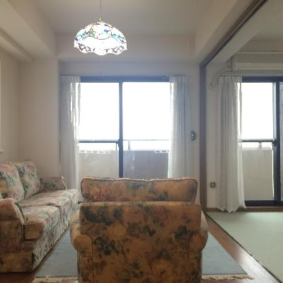 大きな窓が2つあり日の光をたくさん取り入れたいですね