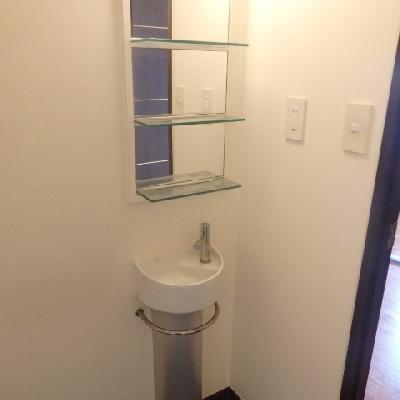 洗面台はかなりコンパクト…!