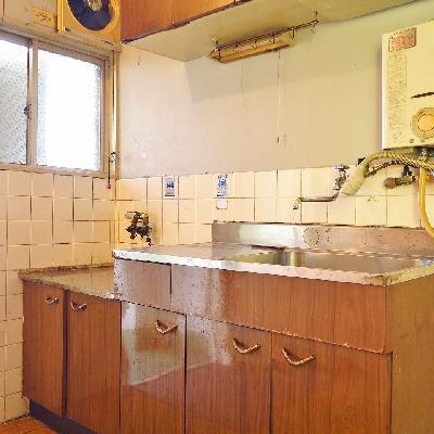 キッチンは玄関のすぐ横に。※写真は現状
