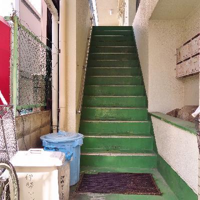 こちらの階段をのぼってお部屋へ。