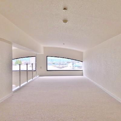 奥側から見ると。天井と窓のアーチが良い感じ。