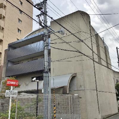 コンクリのかっこい造りです。反対側の1階は店舗です。