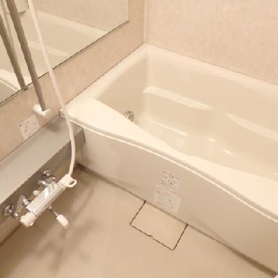 きれいなお風呂、横長の大きな鏡