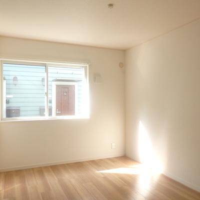 洋室、光が入って明るい空間