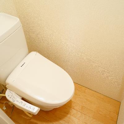トイレは個室でウォシュレットつき!