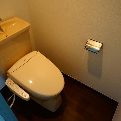 個室のトイレはウォシュレットつき!