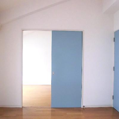 扉はブルーで統一です。*写真は別のお部屋です