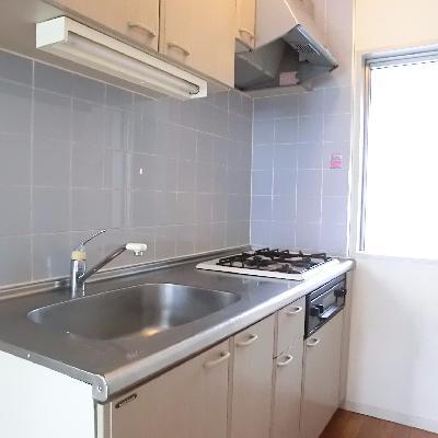 キッチンはなんと3口コンロでグリル付き◎。サイドもの窓も嬉しい!*写真は別のお部屋です