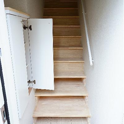 玄関あけたらまず階段と下駄箱に。