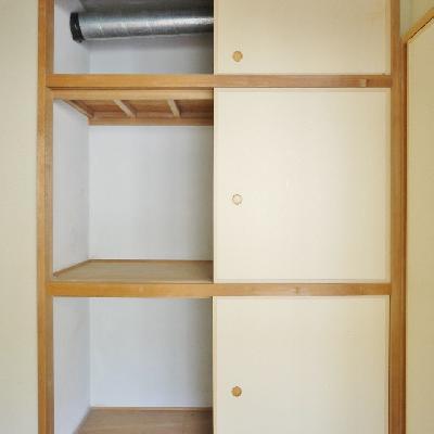 和室の押入れに配管を覗かせる。