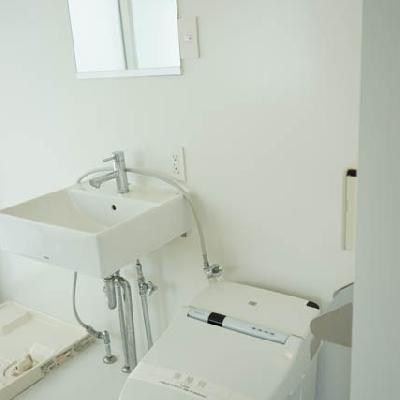 洗面台、トイレも潔い。※写真は別室です