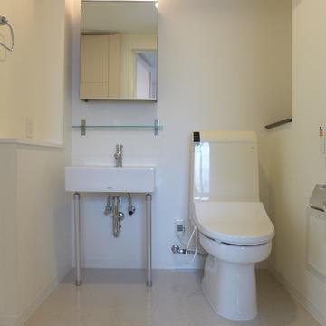 洗面台もシンプル。トイレはウォシュレット!※写真は別部屋