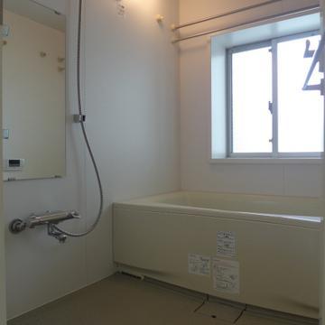お風呂も広く、窓があるので気持ちが良い!※写真は別部屋