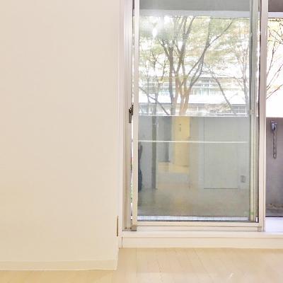 奥の洋室もシンプルな空間。