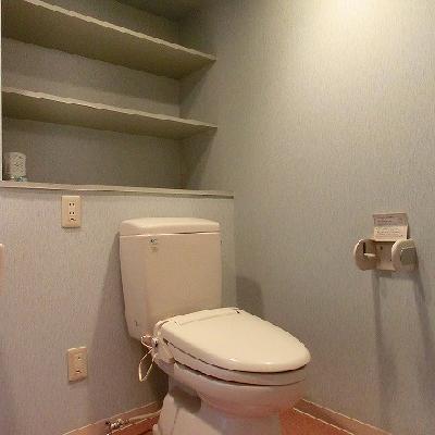 棚があると便利なトイレ空間。※写真は別部屋になります。