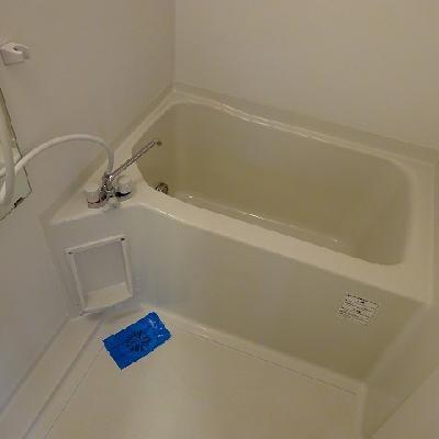お風呂はコンパクトなタイプ※写真は別部屋