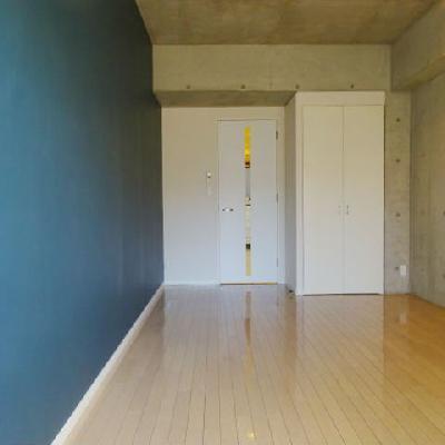 ネイビーの壁紙が映えるお部屋※写真は別部屋になります。