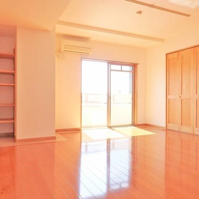 洋室は日差しが柔らかい、温かな雰囲気。