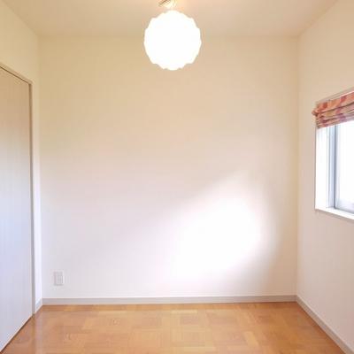 こちらの洋室は、少し広め。