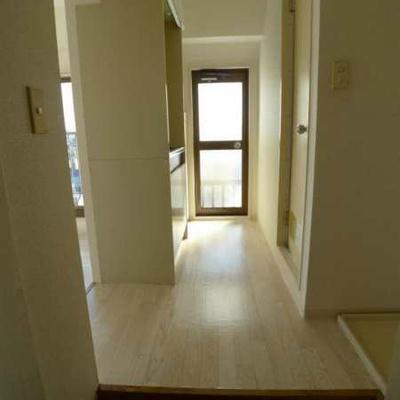 玄関より。正面にもミニバルコニー