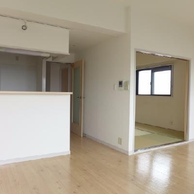 カウンターキッチンと、和室※写真は別部屋