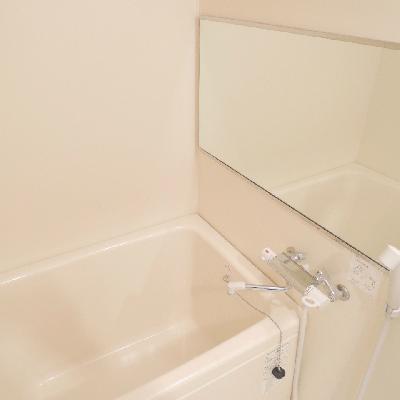 お風呂には大きな鏡が !