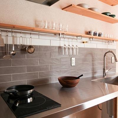 キッチンはシンプルなIH2口コンロ。