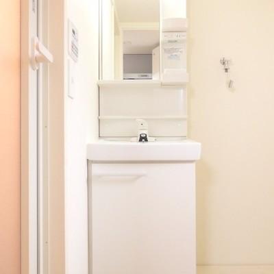 洗面台の横には洗濯機置き場があります