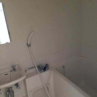 洗面台込みのお風呂※ブレーカーが上げられず暗くてすみません。