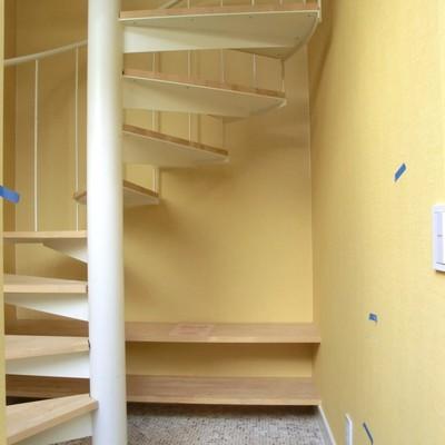 玄関開けると広い空間。オープンシェルフに靴を♪※クリーニング中のお部屋です