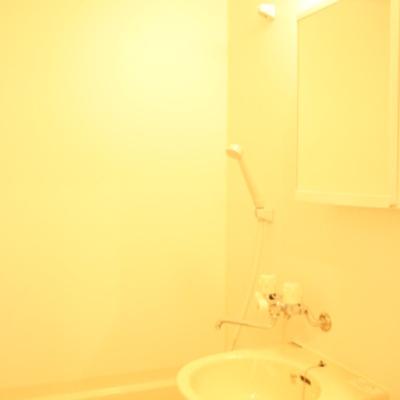 バスルームも明るい ※写真は別のお部屋です
