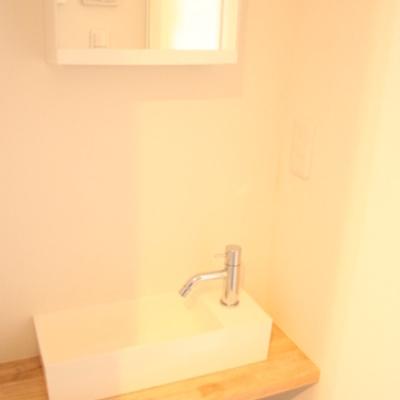 木目の洗面台 ※写真は別のお部屋です