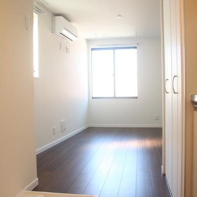 窓からの陽の光 ※写真は別のお部屋です