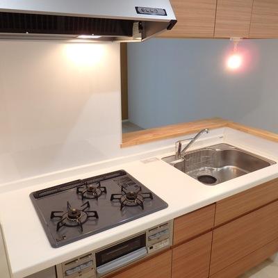 キッチンは3口ガスのシステムキッチン