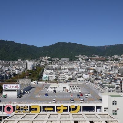 出窓から六甲山系。