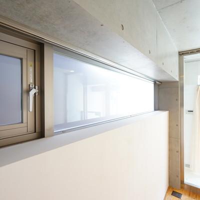 お部屋の高い位置に窓があります!※写真は203号室
