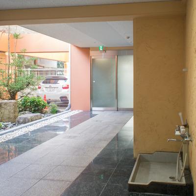 エントランスにはミニ庭園&専用の洗い場